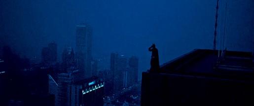Dans cette séquence de The Dark Knight, c'est un cascadeur en chair et en os qui se tient au bord du vide